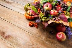 Saludo de la acción de gracias o de la caída con las manzanas, bayas de serbal, copia s Foto de archivo libre de regalías