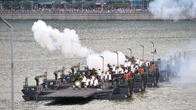saludo de la artillería de 21 armas durante el ensayo 2013 del desfile del día nacional (NDP) Foto de archivo libre de regalías