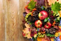 Saludo de la caída con las manzanas, las flores azules y las hojas del verde Imágenes de archivo libres de regalías