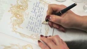 Saludo de la escritura de la mujer en el libro de saludos metrajes