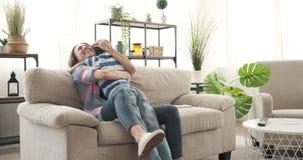 Saludo de la madre y del abarcamiento en su llegada hijo en casa metrajes