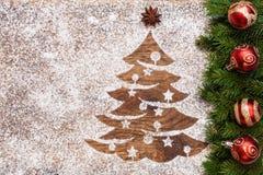 Saludo de la Navidad con el dibujo del árbol de Navidad en arena imagenes de archivo