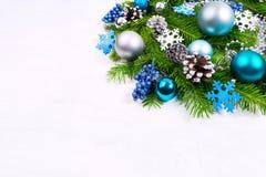 Saludo de la Navidad con las bolas de la plata, azul claro y de la turquesa, g Fotos de archivo libres de regalías