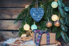 Saludo de la Navidad en una rama de la Navidad adornada con illumin Imágenes de archivo libres de regalías