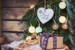 Saludo de la Navidad en una rama de la Navidad adornada con illumin Fotografía de archivo