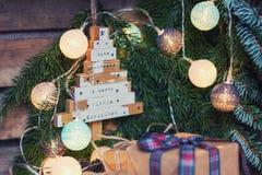 Saludo de la Navidad en una rama de la Navidad adornada con illumin Fotos de archivo libres de regalías