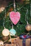 Saludo de la Navidad en una rama de la Navidad adornada con illumin Imagen de archivo libre de regalías