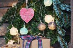 Saludo de la Navidad en una rama de la Navidad adornada con illumin Imagenes de archivo