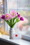 Saludo de la tarjeta agradecida y del ramo blando de tulipanes rosados hermosos en el florero blanco cerca de la ventana con las  Imágenes de archivo libres de regalías