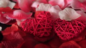 Saludo de la tarjeta del día de San Valentín con el corazón de la decoración de la cantidad y los pétalos de rosa