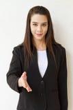 Saludo de ofrecimiento de la mujer de negocios con sacudida de la mano Fotos de archivo libres de regalías