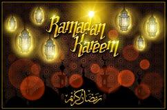 Saludo de Ramadan Kareem con la lámpara árabe iluminada hermosa y letras dibujadas mano de la caligrafía en backgro del rojo del  Imagen de archivo