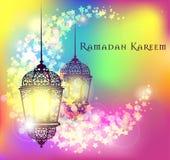 Saludo de Ramadan Kareem en fondo borroso con el ejemplo árabe iluminado hermoso del vector de la lámpara