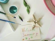 Saludo de verano, lona blanca en blanco, materiales del arte, flores frescas en un fondo ligero fotografía de archivo