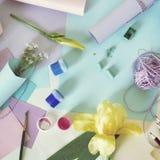 Saludo de verano, lona blanca en blanco, materiales del arte, flores frescas en un fondo ligero fotos de archivo