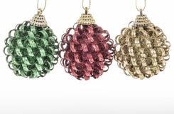 Saludo del Año Nuevo con las bolas de Navidad sobre blanco Fotografía de archivo libre de regalías