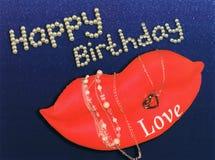 Saludo del feliz cumpleaños de los labios, de las perlas y de las joyas imagen de archivo libre de regalías