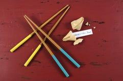 Saludo del mensaje de la Feliz Año Nuevo dentro de la galleta de la suerte china del Año Nuevo Foto de archivo