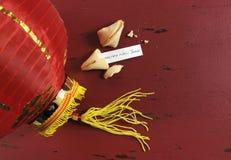 Saludo del mensaje de la Feliz Año Nuevo dentro de la galleta de la suerte china del Año Nuevo Fotografía de archivo libre de regalías