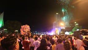 saludo del reloj de la gente en el festival en calles de la ciudad de vacaciones en la noche almacen de video