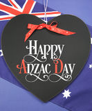 Saludo feliz de Anzac Day en la pizarra de la forma del corazón Imagen de archivo