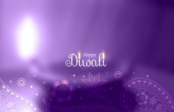Saludo feliz púrpura del diwali con diya borroso