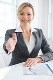Saludo femenino de Extending Hand In de la empresaria fotos de archivo libres de regalías