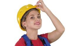 Saludo femenino del trabajador de construcción en el fondo blanco metrajes