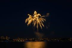 Saludo, fuegos artificiales hermosos Foto de archivo