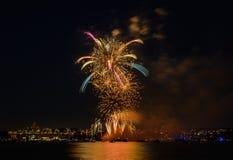 Saludo, fuegos artificiales hermosos Imágenes de archivo libres de regalías