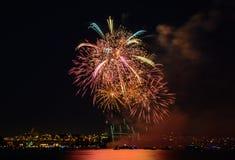 Saludo, fuegos artificiales hermosos Fotografía de archivo