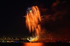 Saludo, fuegos artificiales hermosos Foto de archivo libre de regalías