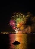 Saludo, fuegos artificiales hermosos Imagenes de archivo