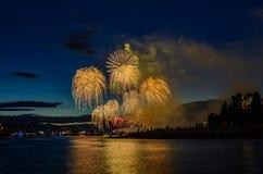 Saludo, fuegos artificiales hermosos Fotografía de archivo libre de regalías