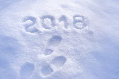 Saludo 2018, huellas del Año Nuevo en nieve, Año Nuevo 2018, tarjeta de felicitación Imagenes de archivo