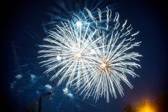Saludo multicolor festivo en el cielo nocturno de la oscuridad del fondo Saludo de la pirotecnia fotografía de archivo libre de regalías