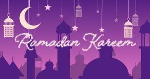 Saludo reluciente de Ramadan Kareem con las mezquitas y las linternas con la luna y las estrellas almacen de video