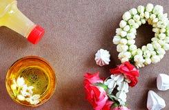 Saludo tailandés del festival del agua de Songkran del Año Nuevo con perfume de la guirnalda del jazmín en cuenco y tiza suave-pr Imagen de archivo libre de regalías