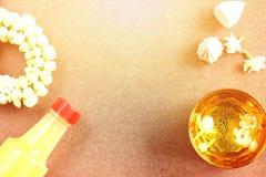 Saludo tailandés del festival del agua de Songkran del Año Nuevo con perfume de la guirnalda del jazmín en cuenco y tiza suave-pr Fotos de archivo libres de regalías