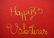 Saludo y corazones de la cinta de la tarjeta del día de San Valentín en fondo rojo Imagenes de archivo