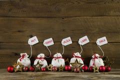 Saludos alemanes de la Navidad con los presentes y texto en la parte posterior de madera Fotografía de archivo