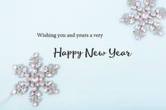 Saludos de la Feliz Año Nuevo en fondo adornado Foto de archivo libre de regalías