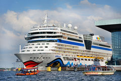 Saludos de los turistas que salen en el barco de cruceros del puerto de AMS Imagen de archivo
