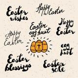 Saludos de Pascua fijados con los huevos adornados Fotos de archivo