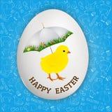Saludos felices de Pascua - pollo del este con el paraguas en el huevo blanco