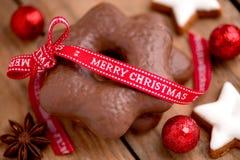 Saludos lindos de la Navidad con las estrellas del pan de jengibre Imagenes de archivo
