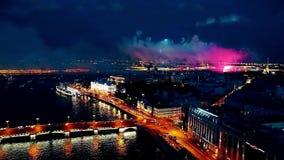 Saludos y fuegos artificiales en Neva River en St Petersburg, metrajes