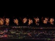 Salut au-dessus de la ville la mégalopole Salut de fête dans le ciel nocturne Explosions des feux d'artifice Photos stock