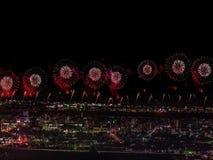 Salut au-dessus de la ville la mégalopole Salut de fête dans le ciel nocturne Explosions des feux d'artifice Images libres de droits