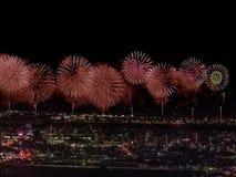 Salut au-dessus de la ville la mégalopole Salut de fête dans le ciel nocturne Explosions des feux d'artifice Photos libres de droits